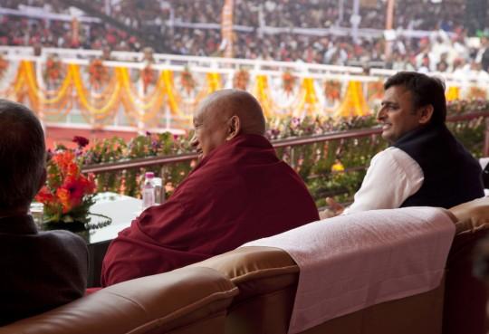 Lama Zopa Rimpoché y el ministro principal de Uttar Pradesh, Akhilesh Yadav durante la ceremonia, Kushinagar, India, 13 de diciembre de 2013. Foto de Andy Melnic.