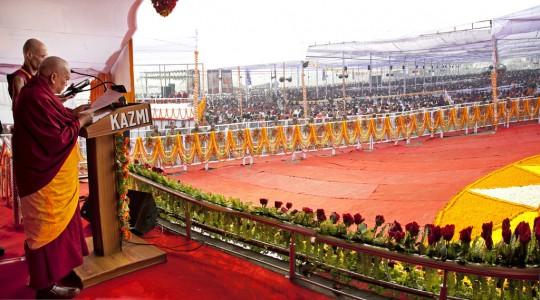 Lama Zopa Rimpoché  durante su discurso junto con un administrativo del Proyecto Maitreya, V. Kabir Saxena, quien interpreta al hindi, Kushinagar, India, 13 de diciembre de 2013. Foto de Andy Melnic.