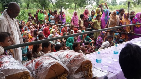 MPT Healthcare Program distibutes 1,000 mosquito nets to Kushinagar residents, India, September 2014. Photo courtesy of Maitreya Project Trust.