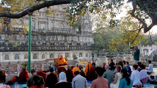 LamaZopaRinpochegivingthe oral transmissionoftheVajra CutterSutraatthe MahabodhiTemple, Bodhgaya, India, March 2015. Photo by Ven. Lobsang Sherab.