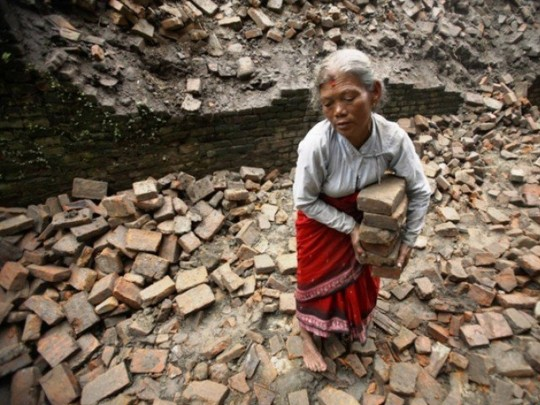 Since the Nepal earthquake, Yeshe Norbu has financed the reconstruction of 29 houses for very poor families in remote villages, reusing the materials recovered from collapsed houses and sheets of galvanized plate.