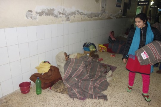 Maiteya Buddha Project Kushinagar staff distribute blankets to people sleeping in hospital corridors, Kushinagar, India, January 2016. Photo courtesy of Maiteya Buddha Project Kushinagar.