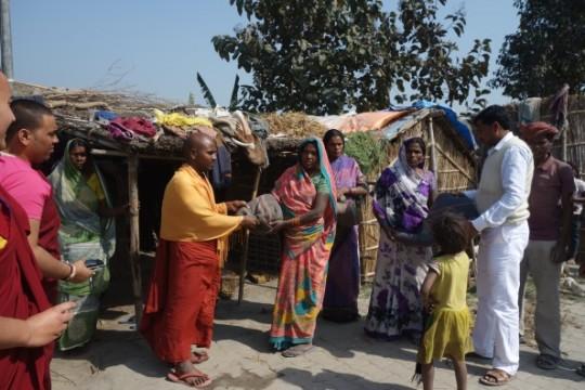 Maitreya Buddha Project Kushinagar distribute blankets to Musahar community, Koluha, Kushinagar, India, January 2016. Photo courtesy of Maitreya Buddha Project Kushinagar.