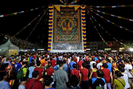 Hundreds of students and community members come to offer the large Amitabha Buddha thangka light during the evening, Singapore, May 2016. Photo by Yew Kim Guan.