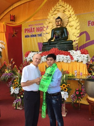 Project director Ian Green welcomes the Jade Buddha's 10 millionth visitor, Vo Quoc Tinh who was visiting from Ho Chi Minh City, Vietnam, May 2016. Photo via Twitter @JadeBuddhaPeace.