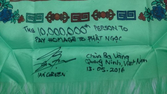 Wording on the commemorative khata for the 10 millionth visitor, Ninh Bình, Vietnam, May 2016. Photo via Twitter @JadeBuddhaPeace.