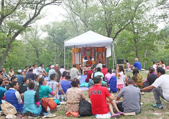 Lama Zopa Rinpoche teaching at the Sherpa picnic at Bear Mountain State Park, New York, July 2016. Photo by Ven. Lobsang Sherab.