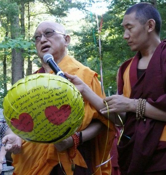 Lama-Zopa-Rinpoche-balloon-release-1-by-Kalleen-Mortensen