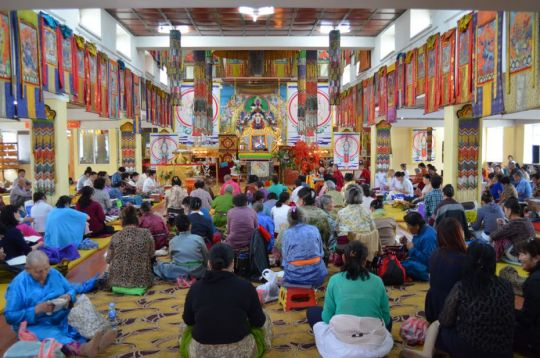 The gompa filled with participants of the 100 Million Mani Retreat, Idgaaa Choizinling Monastery, Ulaanbaatar, Mongolia, June 2017. Photo courtesy of Ianzhina Bartanova.