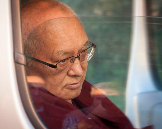 Lama-Zopa-Rinpoche-arriving-in-car-Italy-Piero-Sirianni