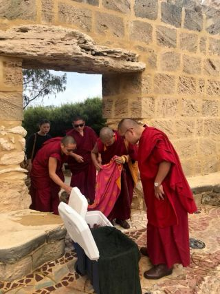 H.E. Ling Rinpoche with Ven. Tenzin Khentse, Geshe Lobsang Yonten, Geshe Ngawang Sonam, and Nora Daniels liberating Western Australian rock lobster, Perth, Western Australia, March 2018. Photo courtesy of Kirsti Kilbane.