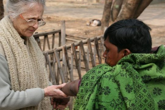 adriana-reviewing-a-new-leprosy-case-maitri-charitable-trust-january-2018-by-phil-hunt