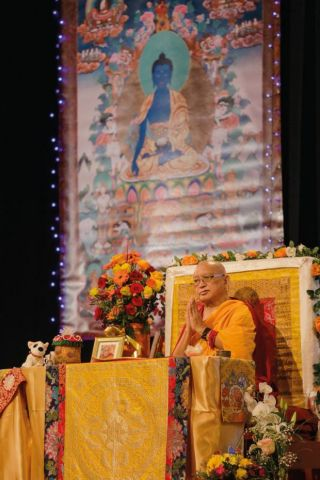 lama-zopa-rinpoche-offering-medicine-buddha-initiation-at-reithalle-münchen-in-munich-germany-in-november-2018-photo-by-hermann-wittekopf