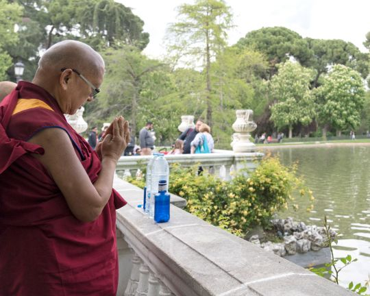 Lama-Zopa-Rinpoche-blessing-water-in-park-Madrid-201904