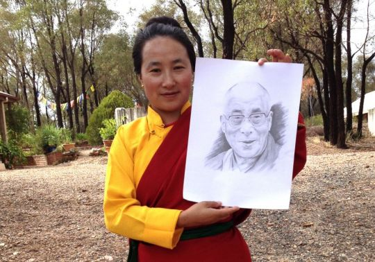 khadro-la-holding-dalai-lama-portrait-by-inmate-thubten-shedrup-ling-april-2014-by-libby-mowlam