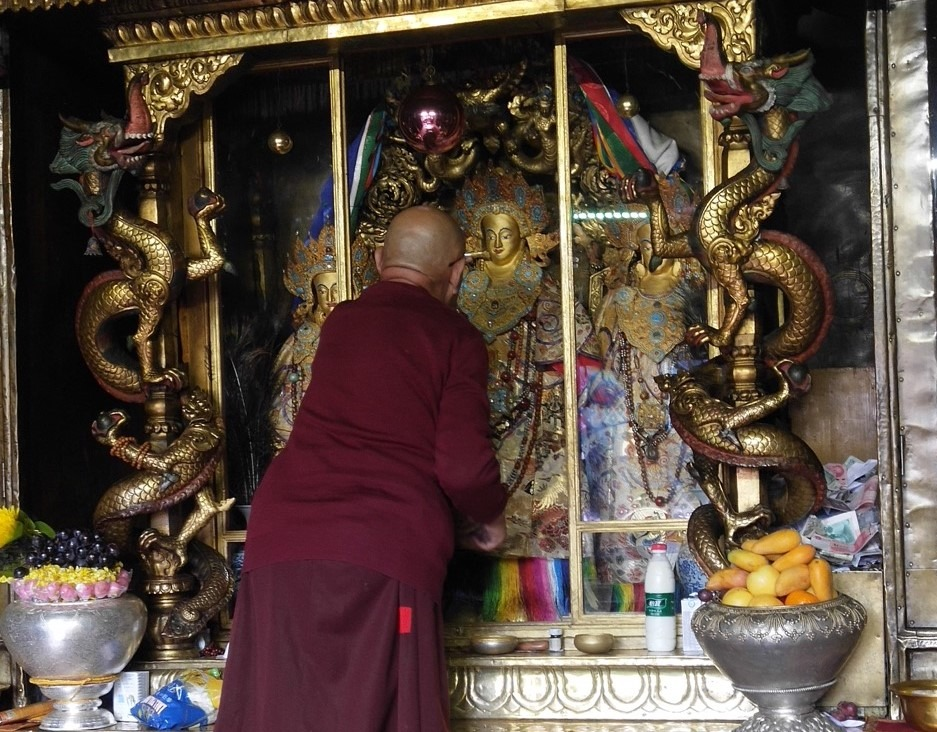 Blessings and Rejoicing, Amazing Offering to Holy Statues in Tibet on Saka Dawa