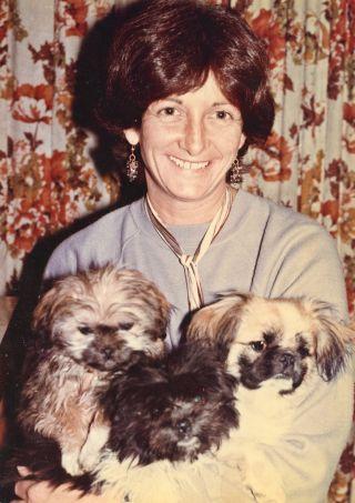 Trisha with three canine friends, Tushita Mahayana Meditation Centre, New Delhi, India, 1981. Photo courtesy of Lama Yeshe Wisdom Archive.