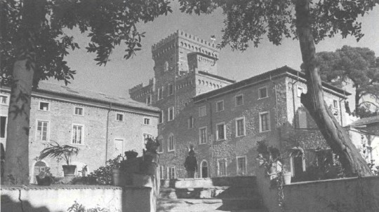 Istituto Lama Tzong Khapa, a castle in Pomaia, Italy can house 140 visitors