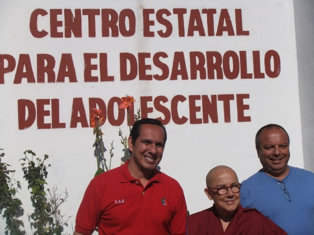 Rogelio Pallares Valdes (blue shirt) with Ven. Robina Courtin and prison staff at the Centrol Estatal para el Desarrollo del Adolescente, October 2012. Photo courtesy of Rogelio Pallares Valdes.