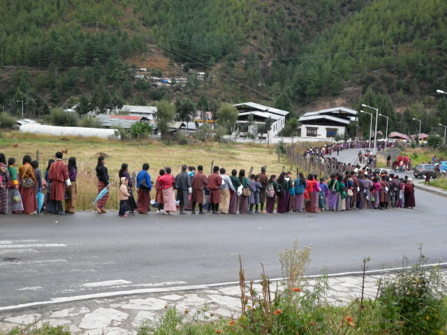 A very long, winding queue at the Thimphu event, Bhutan, October 2013. Photo courtesy of Maitreya Heart Shrine Relic Tour.