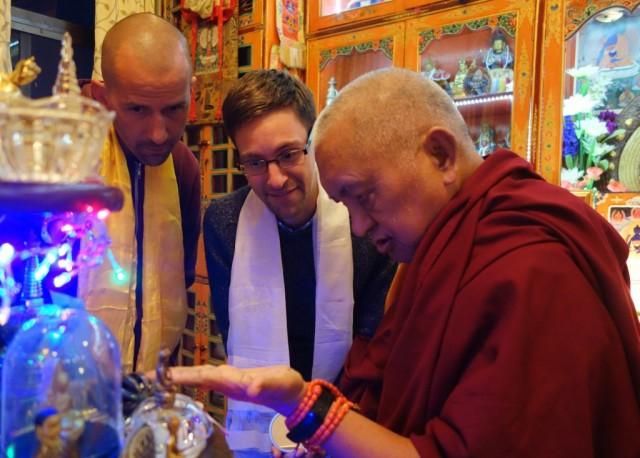 Lama Zopa RinpochepointingoutthedorjeofPadmasambhavatoTomTrutyandJoonaRepo.Photo byVen.RogerKunsang.
