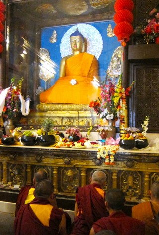 Lama Zopa Rinpoch making extensive prayers and dedications, Mahabodhi Stupa, Bodhgaya, India, March 2014. Photo by Ven. Sarah Thresher.