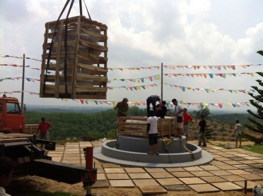 A new Namthose statue arrives at Rinchen Jangsem Ling, Triang, Malaysia, April 2014. Photo courtesy of Rinchen Jangsem Ling.