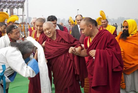 Lama Zopa Rimpoché llega a la ceremonia de colocación de la primera piedra del Proyecto de Buda Maitreya Kushinagar, Kushinagar, India, 13 de diciembre de 2013. Foto de Andy Melnic.